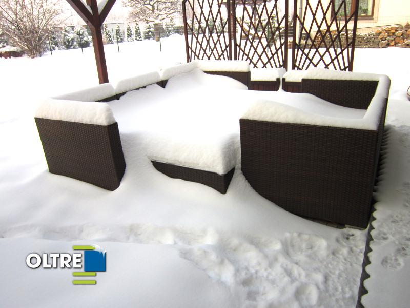 Meble ogrodowe z technorattatnu w zimie