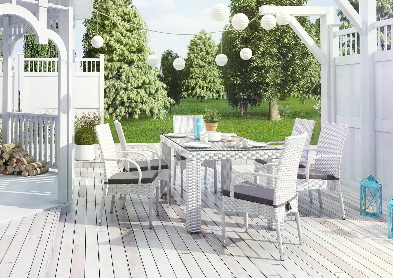 Meble z technorattanu na patio – ogród w bieli